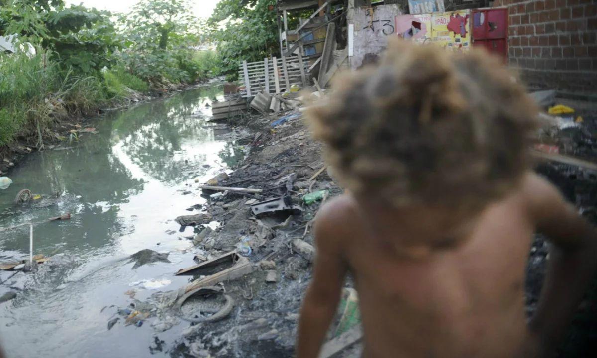 Privatização do saneamento básico é uma afronta, diz economista.